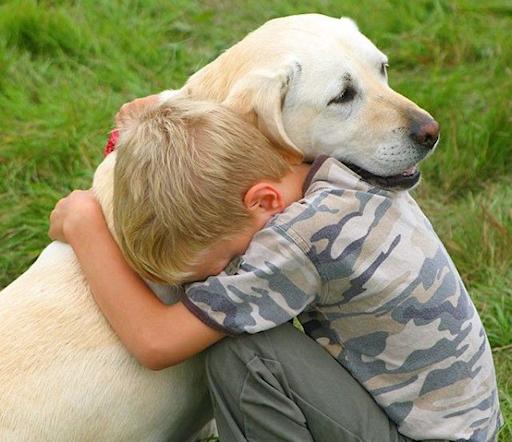 ילד עם כלבו