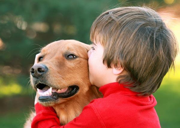 ילד עם אוטיזם, יחד עם כלבו.